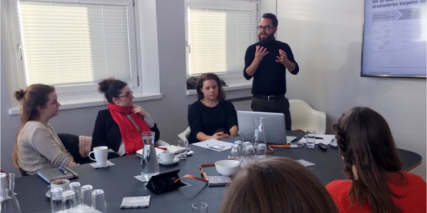 Studierende des Studiengangs »Marken- und Kommunikationsdesign« der Akademie für Mode und Design, München unter Leitung von Prof. Dr. Katharina Klug besuchten in dervergangenen Woche die Markenberatung Blackeight.