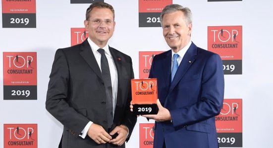 Blackeight ist nun TOP Consultant und nahm die Auszeichnung von Bundespräsident a. D. Christian Wulff entgegen.