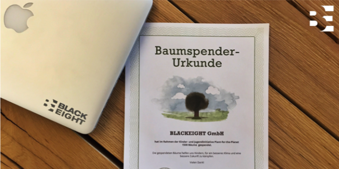 Blackeight erhält eine Spendenurkunde von Plant-for-the-Planet.